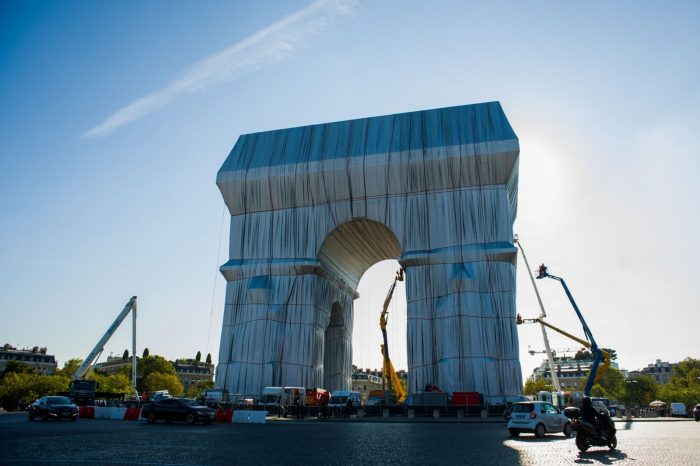 In Paris, the Wrapped Arc de Triomphe Is a Polarizing Package